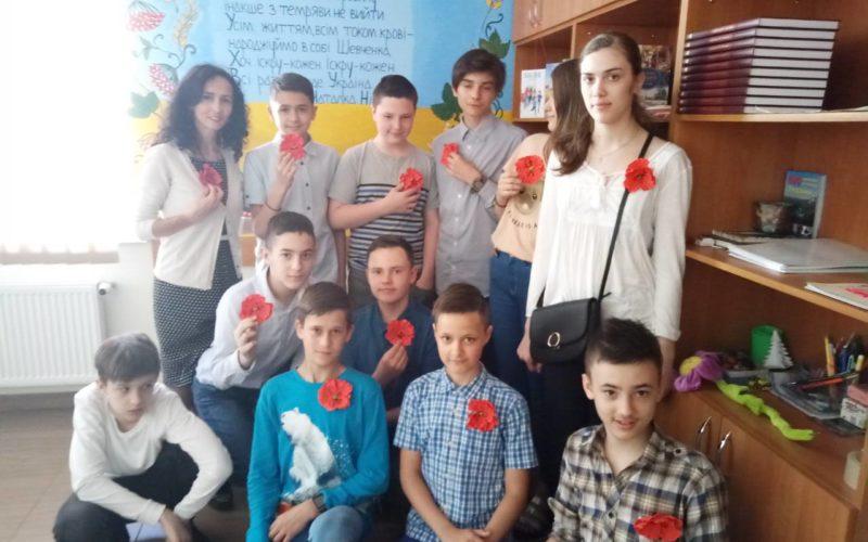 Ніколи знову 1939-1945 Маки пам'яті на Українському подвір'ї